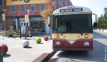 Beakbeat tours are led by Memphis musicians performing on vintage buses. Photo by Baxter Buck.