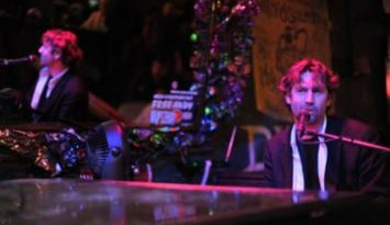 Dueling pianos at Silky O'Sullivans. Photo by Andrea Zucker.